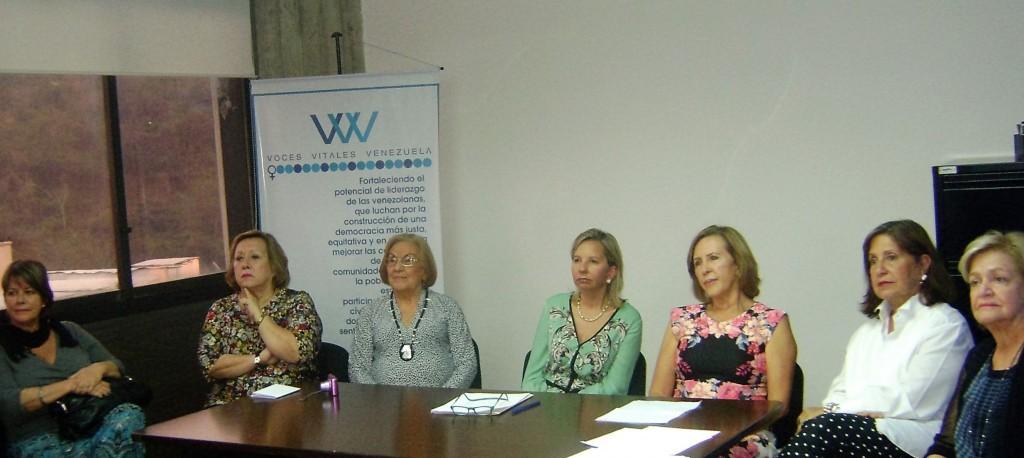 Isis Vivas junto con la directiva de VVV,María Cristina Parra, Adela Vivas, Reyna McPeck, Adicea Castillo, Sandra pedraza y Ana Isabel Valarino.